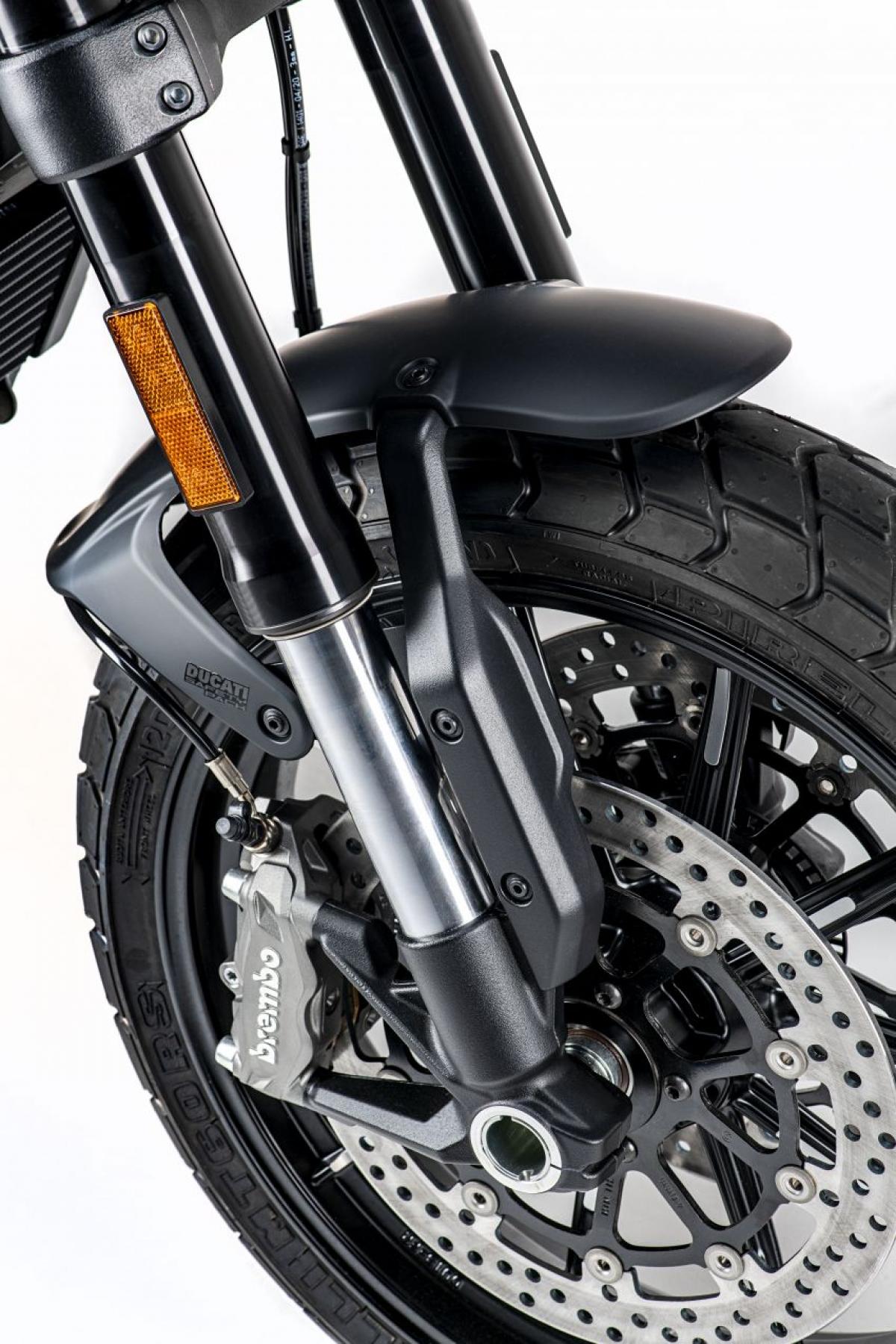 Theo Ducati hệ thống phanh bao gồm kẹp 4 pít tông M4.32 Monobloc gắn xuyên tâm Brembo với đĩa phanh đường kính 320 mm ở phía trước và kẹp pit tông đơn và đĩa đơn ở phía sau.
