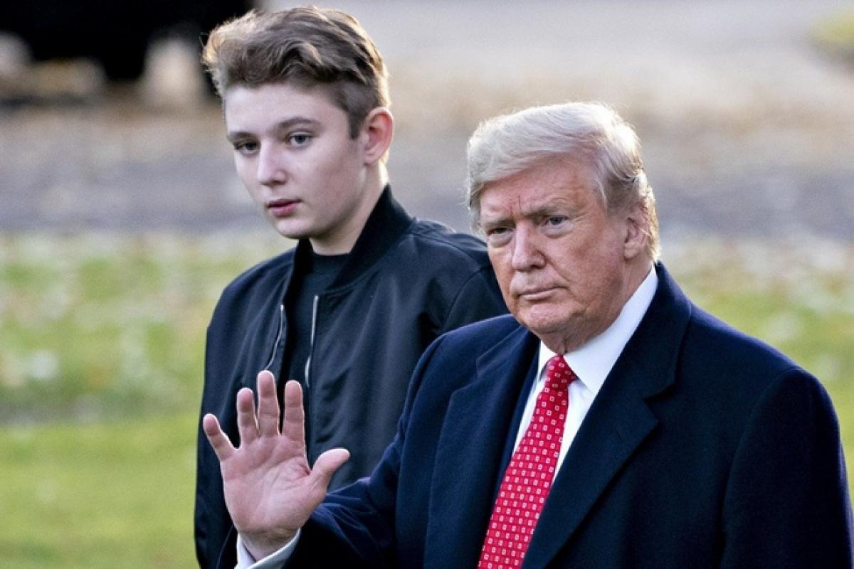 Tổng thống Trump và con trai út Barron. Ảnh: Getty