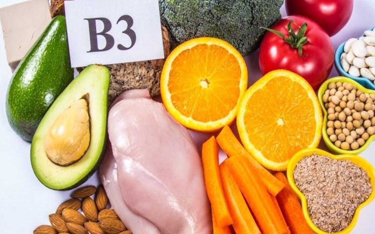 Những thực phẩm bổ sung vitamin B3 như ức gà, cá cơm, cá hồi, thịt heo, thịt bò, gạo lứt, khoai tây...