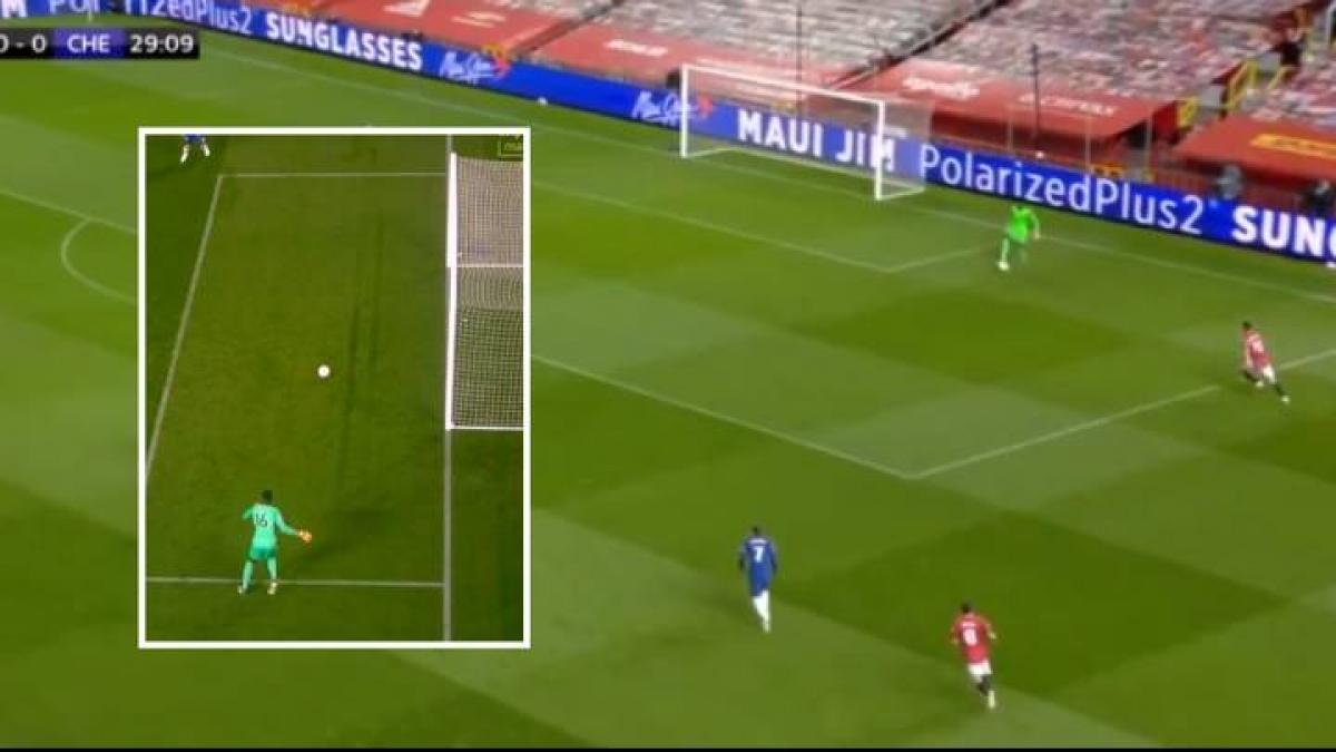 Ngoài những pha cản phá, Edouard Mendy còn khiến người ta phải nhớ đến mình với đường chuyền bất cẩn, suýt trở thành cú đá phản lưới nhà ở phút 29.