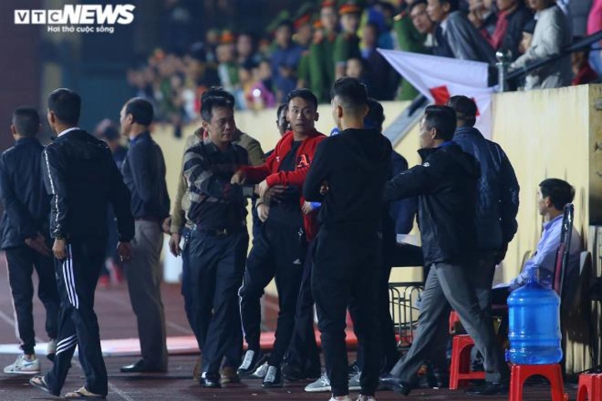 Lúc này sự cố lại xảy ra ở phía khán đài A sân Thiên Trường. Một cổ động viên (áo đỏ) lọt xuống sân.