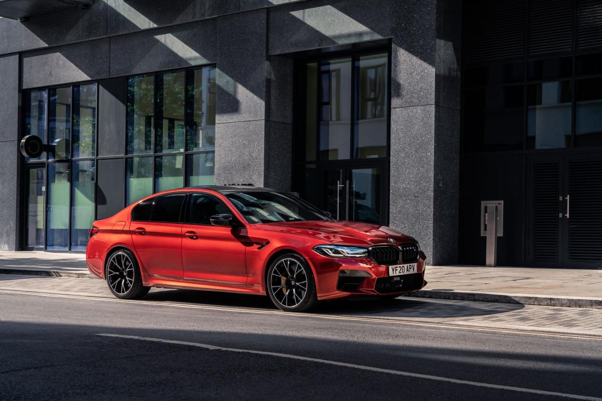 Cả phiên bản M5 và M5 Competition đều được trang bị hộp số tự động 8 cấp, hệ thống dẫn động bốn bánh bao gồm chế độ 2WD, 4WD và 4WD Sport.
