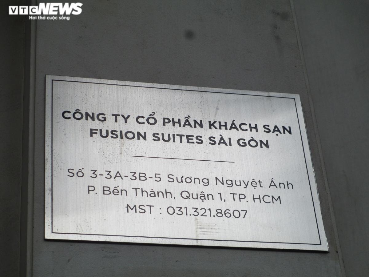"""Điển hình, sau khi """"thấm đòn"""" vì dịch COVID-19 với số tiền nợ khủng, khách sạn 4 sao Fusion Suites Saigon (đường Sương Nguyệt Ánh, Quận 1) đang được Ngân hàng NCB rao bán với giá 50 triệu USD (khoảng1.165 tỷ đồng)."""