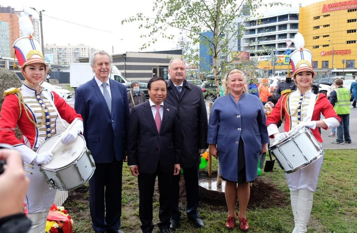 Đại sứ Ngô Đức Mạnh chụp ảnh lưu niệm cùng các lãnh đạo thành phố Saint.Peterburg.