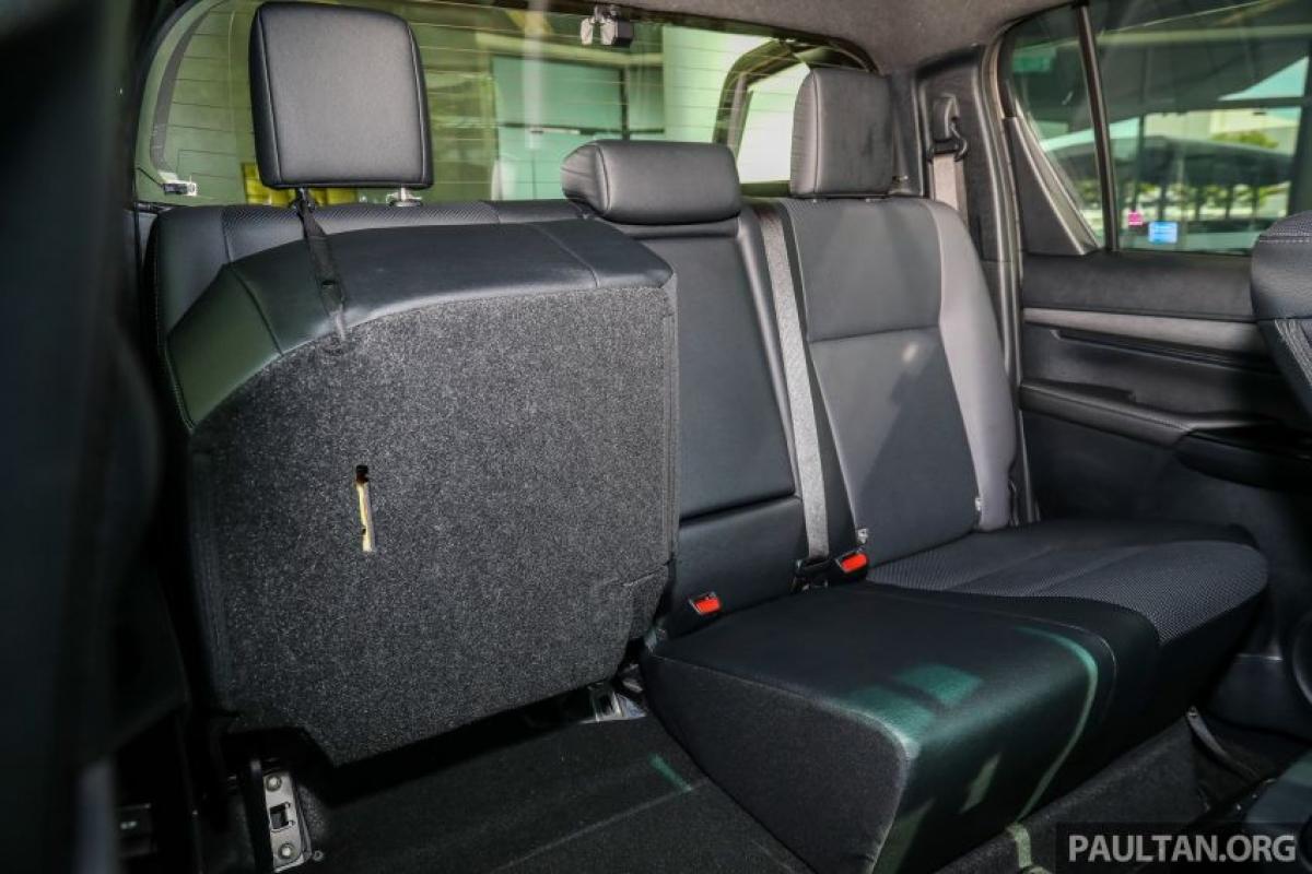 Về ghế ngồi, bản G và E sử dụng ghế vải, da kết hợp cho bản V và da tổng hợp đục lỗ vớ màu đen-xám cho bản Rogue. Người lái Rogue và 2.4V có ghế trước chỉnh điện và đèn chiếu chân và phiên bản cao cấp nhất được bổ sung hệ thống đèn viền cửa.