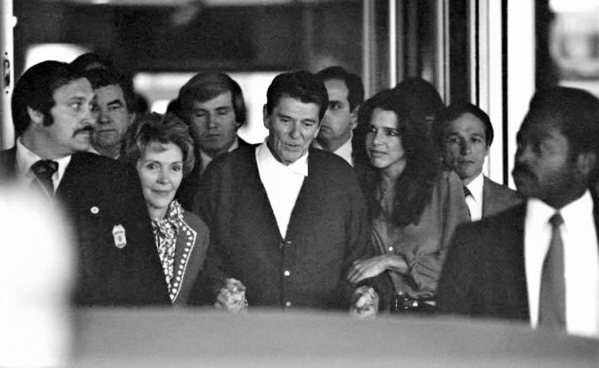 Tổng thống Ronald Reagan tại Bệnh viện Đại học George Washington; Nguồn: History.com