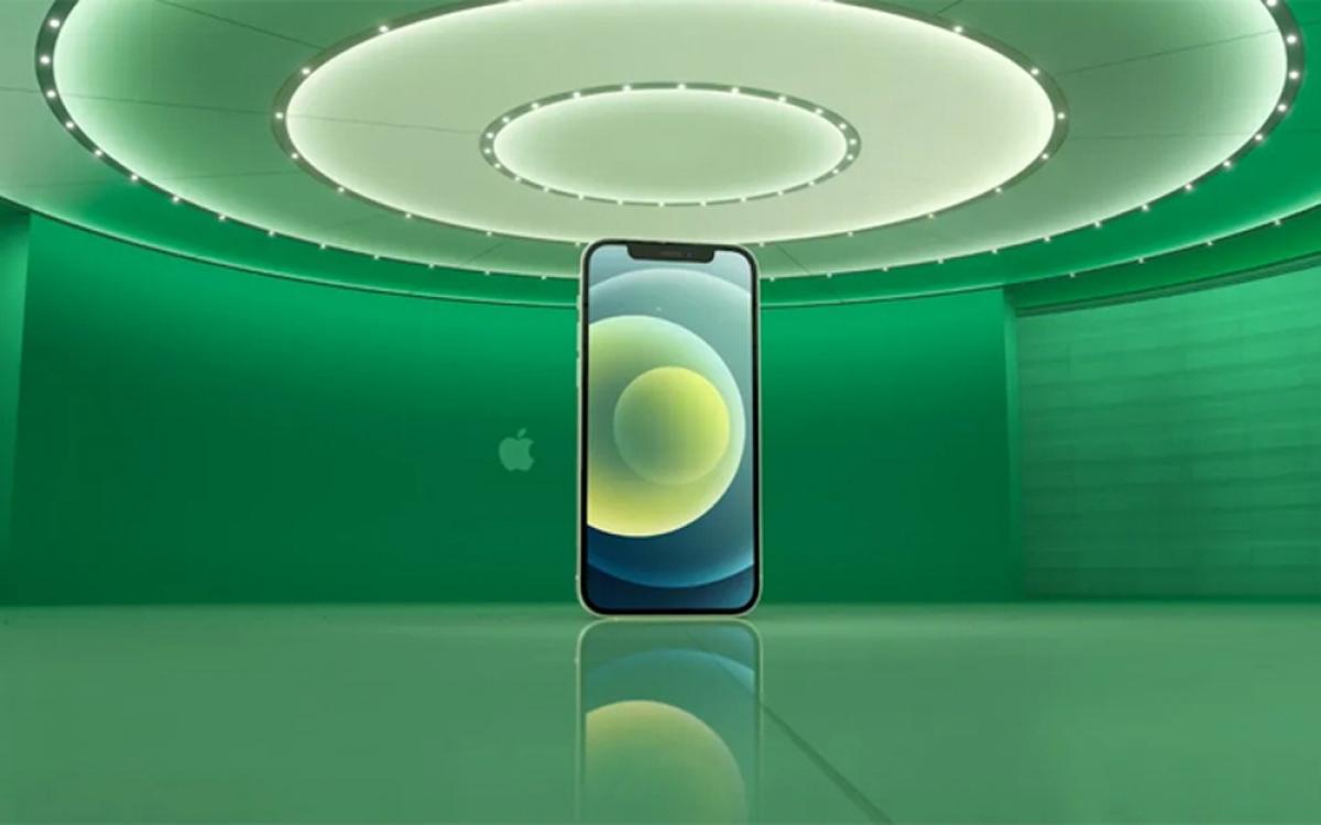 iPhone 12 được trang bị lớp cường lực Ceramic Shield - được làm bằng cách pha trộn giữa tinh thể gốm nano và thủy tinh, có độ bền cao vì cứng, nhẹ và gần như không truyền nhiệt và dẫn điện.