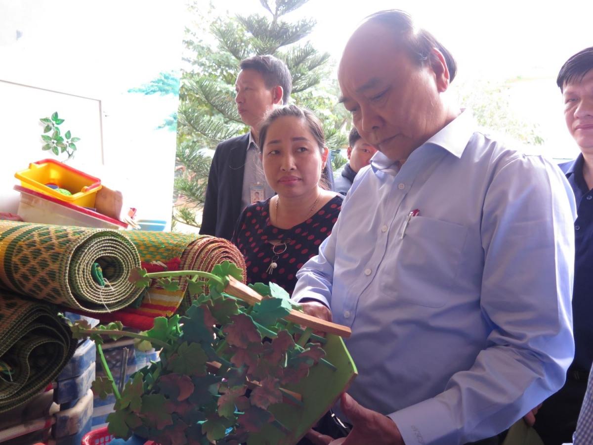 Thủ tướng Nguyễn Xuân Phúc chia sẻ những thiệt hại của cô trò trường mầm non Hiền Ninh.