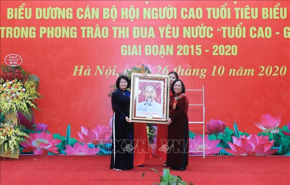 Phó Chủ tịch nước Đặng Thị Ngọc Thịnh tặng bức ảnh chân dung Chủ tịch Hồ Chí Minh cho Hội Người cao tuổi Việt Nam. Nguồn ảnh: TTXVN