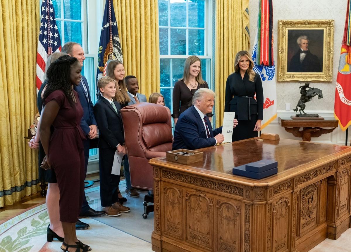 Bà Barrett cùng Tổng thống Trump chụp ảnh lưu niệm. Ảnh: Nhà Trắng.