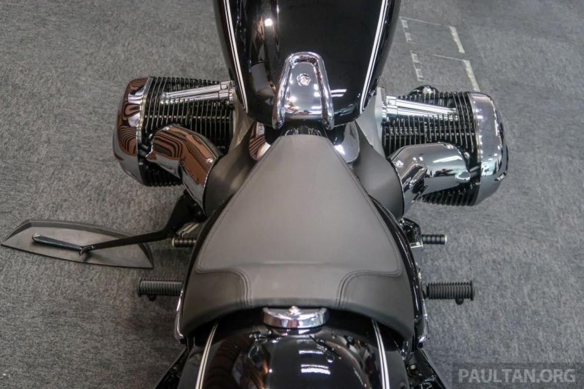Chiều cao yên được thiết lập ở mức 690 mm và bình nhiên liệu 16 L với trọng lượng ướt 345 kg.