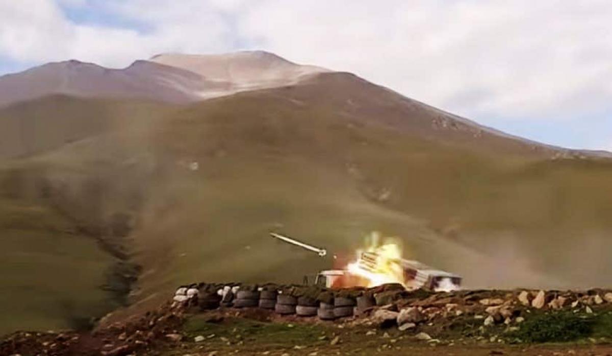 Quân đội Azerbaijan phóng tên lửa ngày 3/10/2020. Ảnh: AP