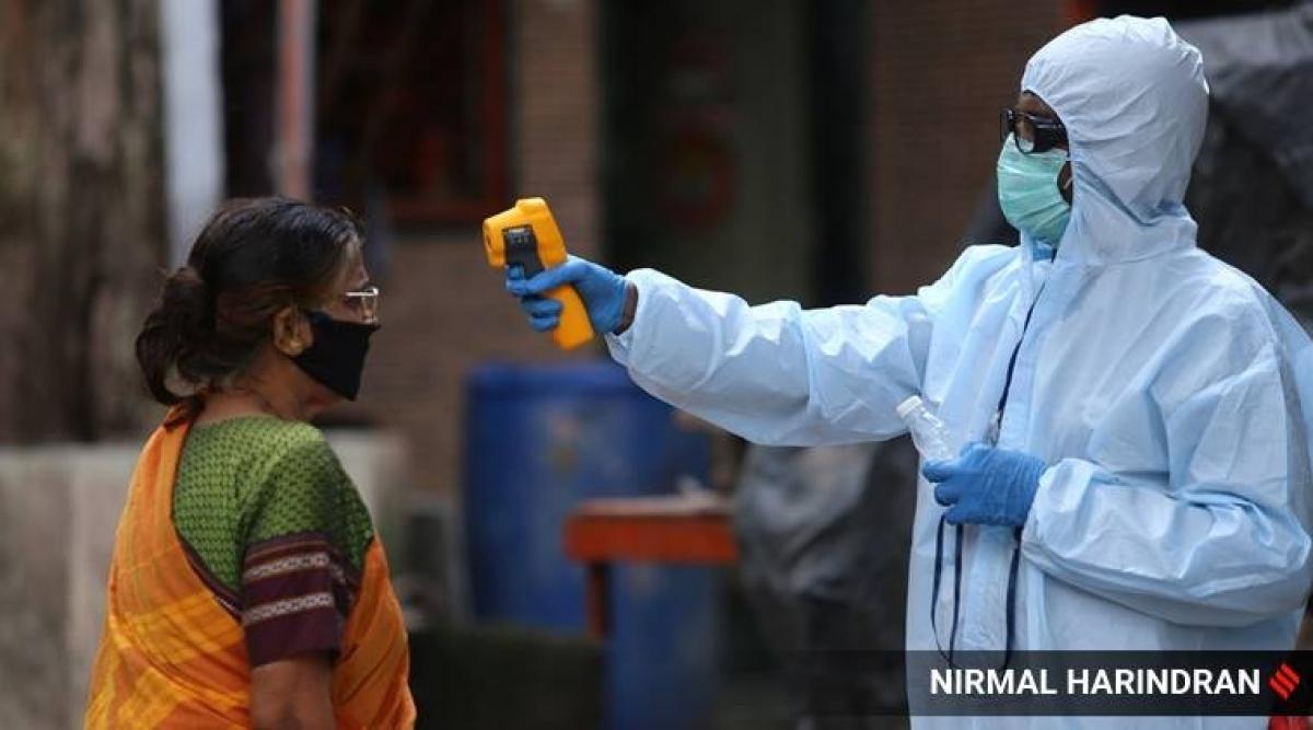 Đo nhiệt độ để kiểm soát sự lây lan Covid-19 tại Ấn Độ. Ảnh: Nirmail Harindran.