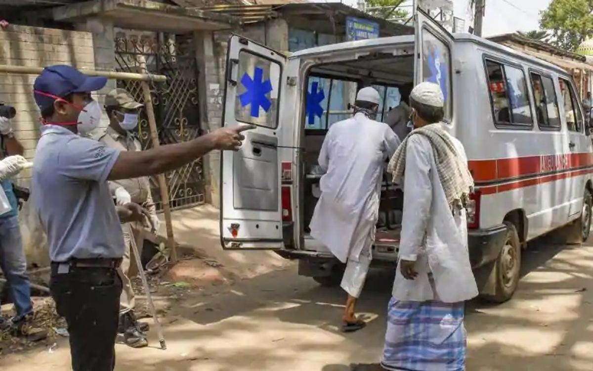 Xe cấp cứu để chở bệnh nhân Covid-19 tại Ấn Độ. Ảnh: PTI.