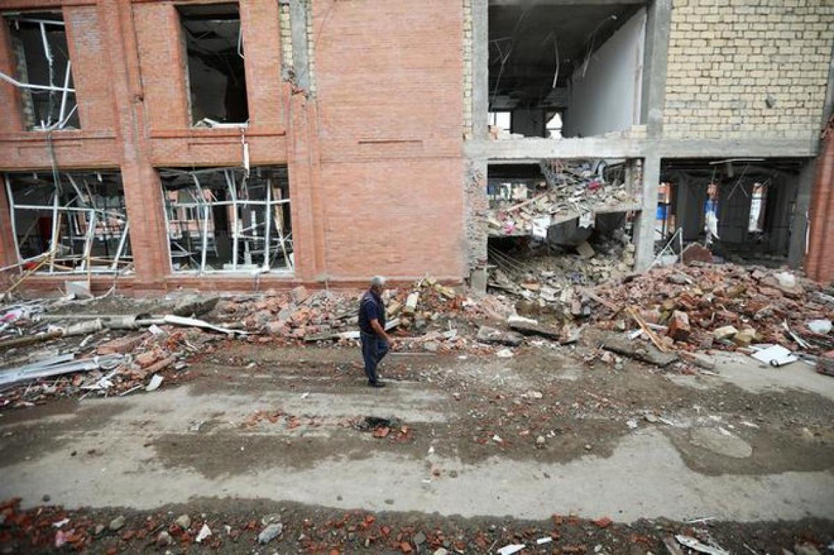 Một khu nhà đổ nát vì bị trúng đạn pháo ở thành phố Ganja, Azerbaijan, ngày 6/10/2020. Ảnh: Reuters