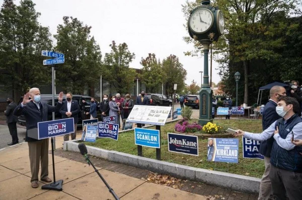 Ứng viên đảng Dân chủ Joe Biden phát biểu trước báo giới khi đến thăm một trung tâm vận động tranh cử hôm 26/10 ở Chester, Pennsylvania. Ảnh: Getty