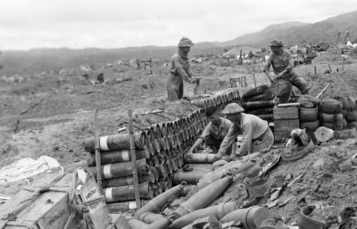 Nhiều loại vũ khí, khí tài hiện đại của Pháp, trong đó có không ít loại mang nhãn hiệu Mỹ bị quân ta phá hủy hoặc thu được trong chiến dịch Điện Biên Phủ. (Ảnh: Tư liệu TTXVN)
