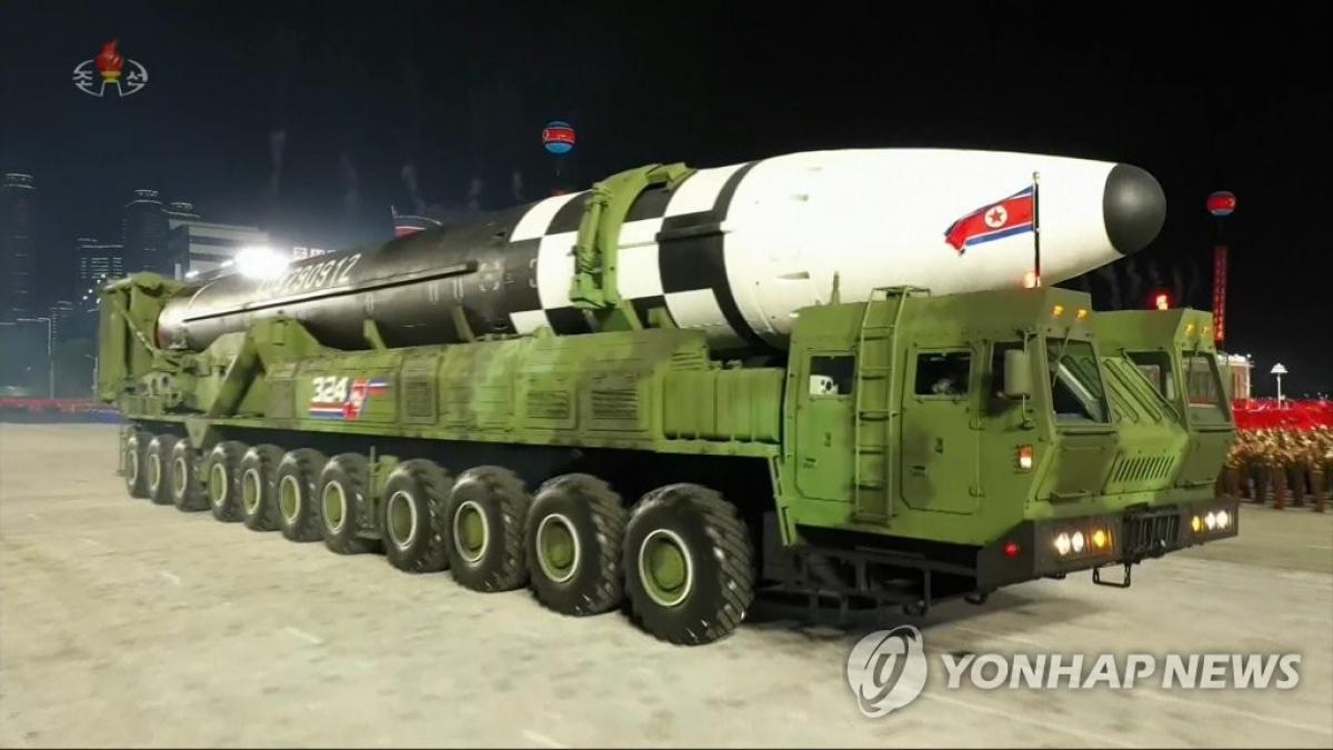 Tên lửa đạn đạo liên lục địa xuất hiện trong lễ duyệt binh nhân dịp kỷ niệm 75 năm thành lập đảng Lao động Triều Tiên. Ảnh: Yonhap