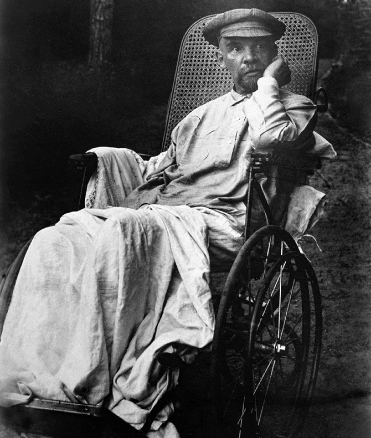 Lenin ngồi xe lăn năm 1923. Ảnh: Tass.