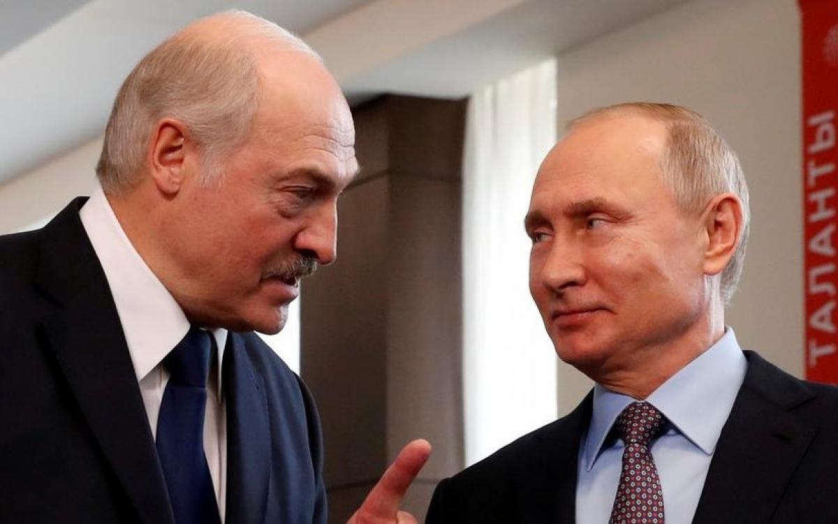 Tổng thống Lukashenko (trái) và Tổng thống Putin. Ảnh: Reuters.