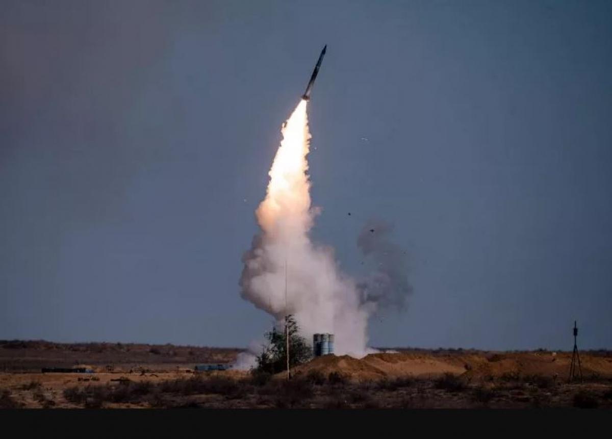 Một tên lửa phóng lên từ hệ thống S-400 của Nga tại căn cứ quân sự Ashuluk phía nam của Nga ngày 22/9/2020 trong cuộc tập trận Caucasus 2020. Ảnh: AFP
