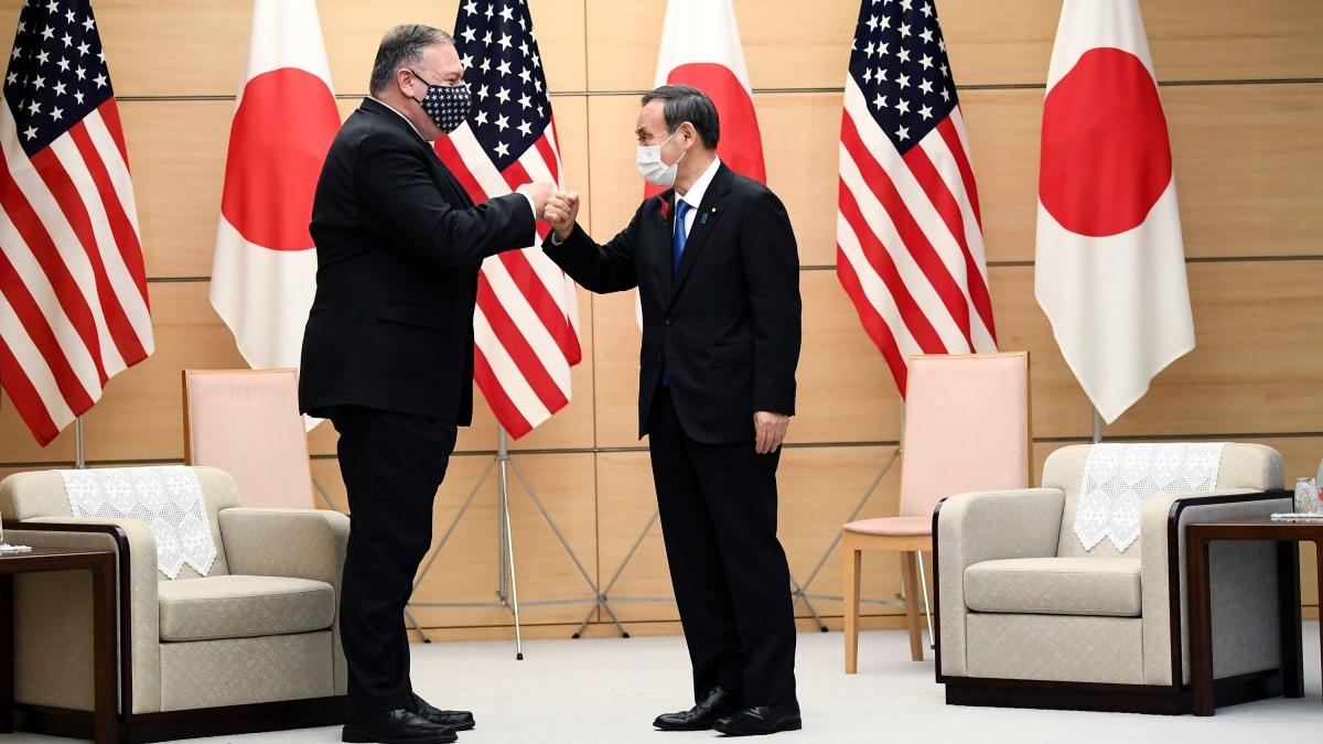 Ngoại trưởng Mỹ Mike Pompeo và Thủ tướng Nhật Bản Yoshihide Suga. Ảnh: New York Times