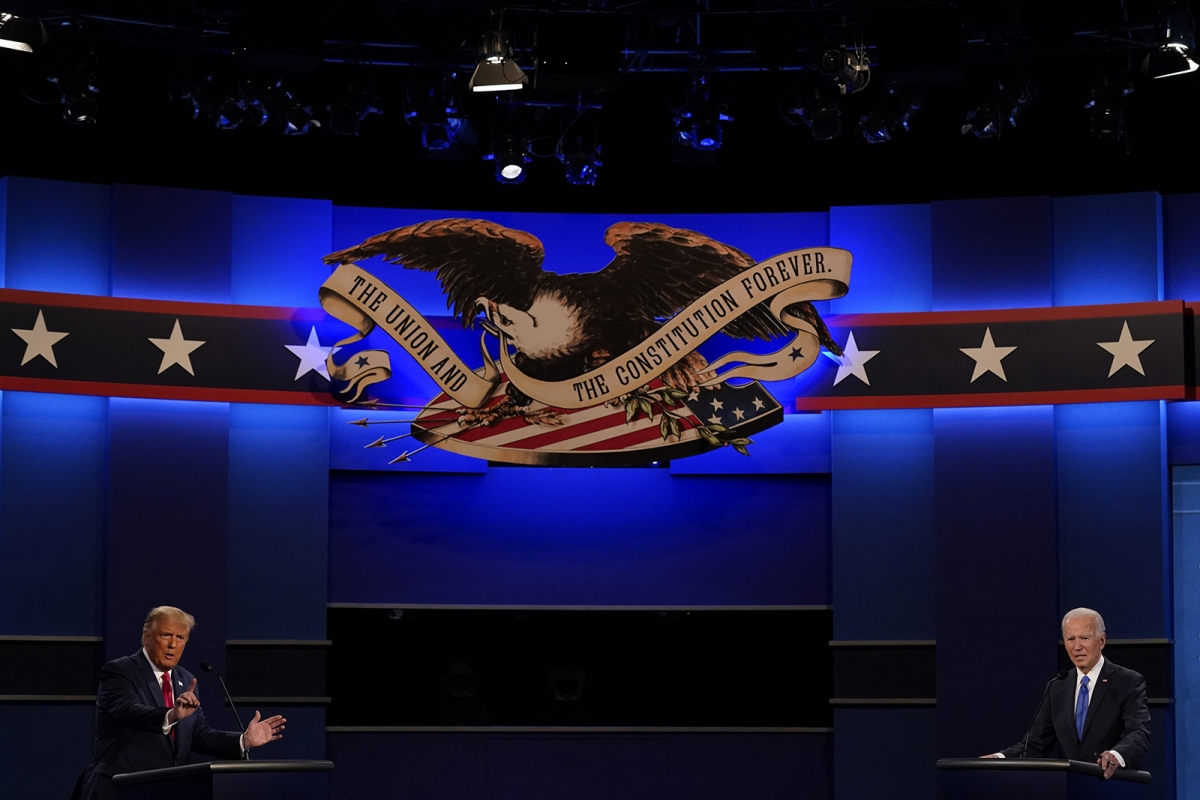 Tổng thống Trump và ứng viên đảng Dân chủ Joe Biden trong cuộc tranh luận tổng thống cuối cùng ngày 22/10 (giờ mỹ). Ảnh: AP