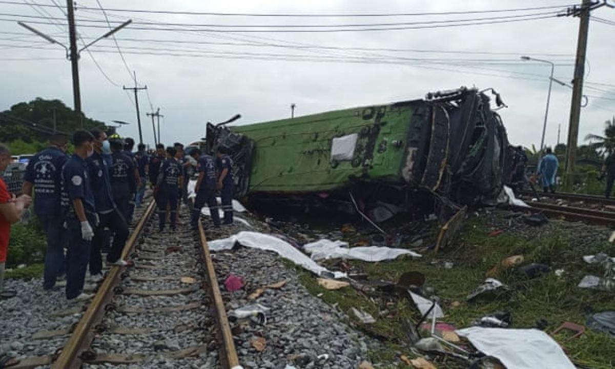 Ít nhất 50 người thương vong trong vụ va chạm tàu hỏa với xe buýt ở Thái Lan. Ảnh: AP