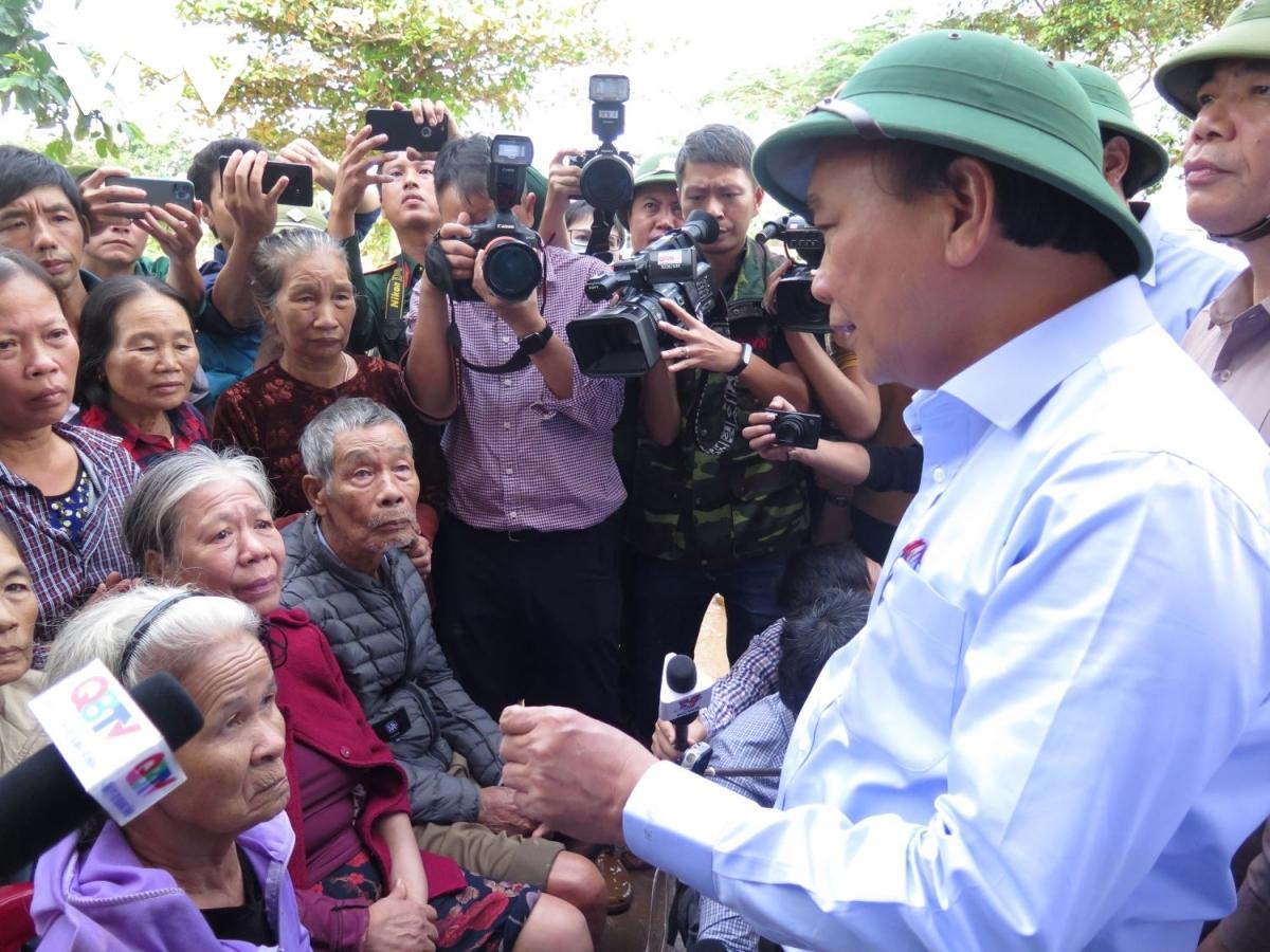 Thủ tướng Nguyễn Xuân Phúc thăm hỏi bà con vùng lũ.