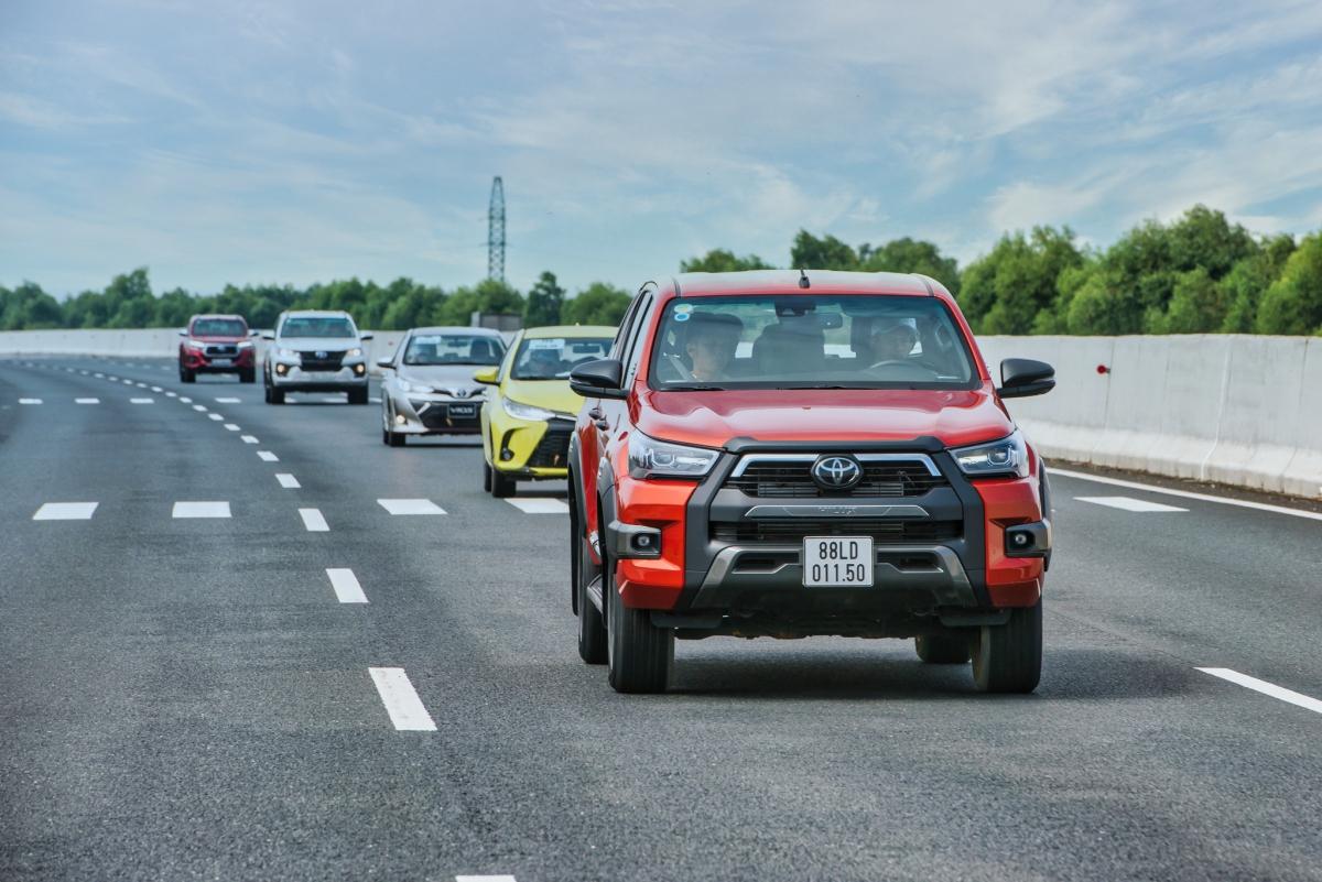 Nhờ sự hỗ trợ của nhiều công nghệ mới, nên dù có kích thước lớn - Toyota Hilux vẫn đem đến khả năng di chuyển linh hoạt.