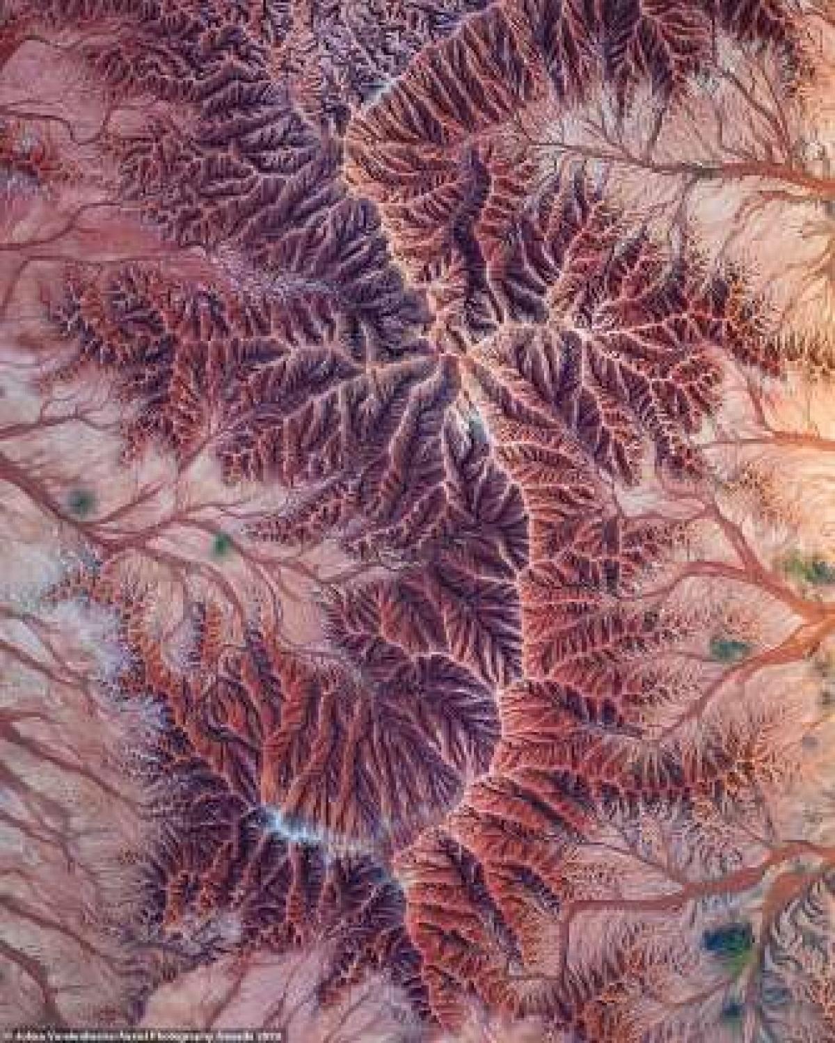 Bức ảnh sự hình thành đá ở sa mạc Tatacoa tại Colombia của nhiếp ảnh gia người Bỉ Johan Vandenhecke.