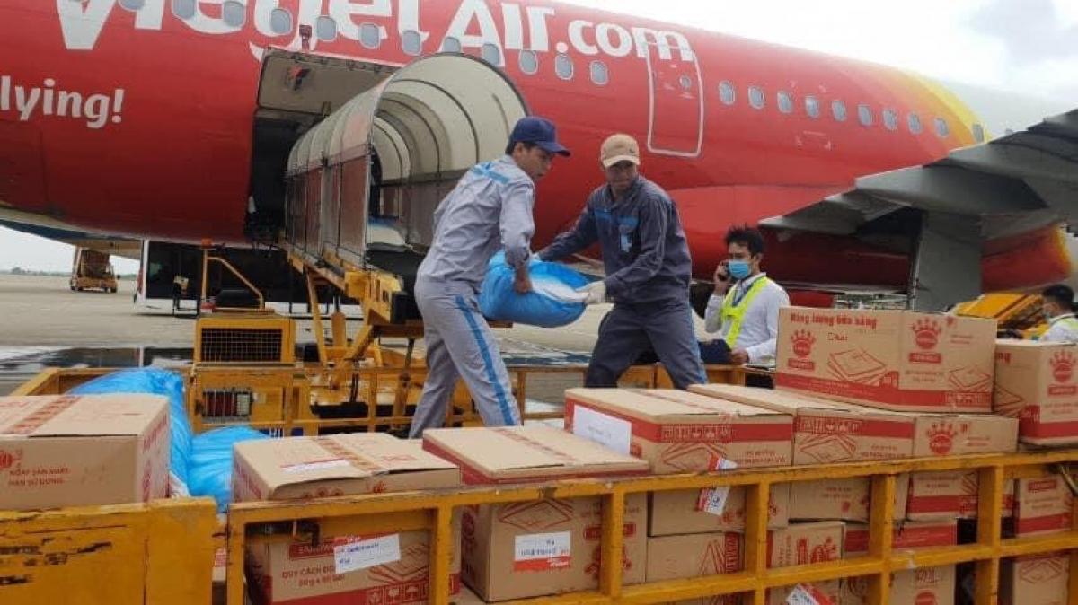 Các hãng hàng không đã có những chuyến bay chở hàng hóa cứu trợ khẩn cấp tới vùng lũ lụt miền Trung.