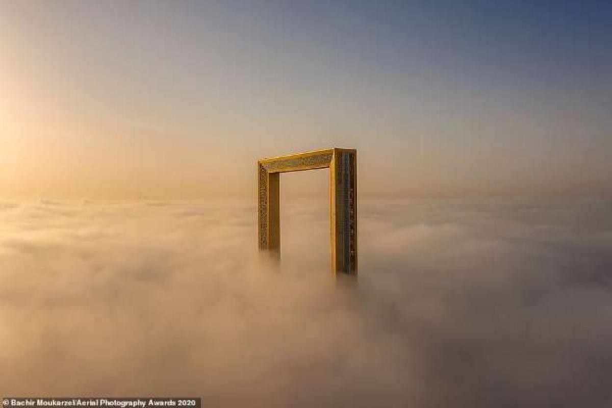 Bức ảnh ấn tượng của nhiếp ảnh gia người Lebanon Bachir Moukarzel chụp khung ảnh cao 150 mét - cao nhất thế giới ở Dubai.