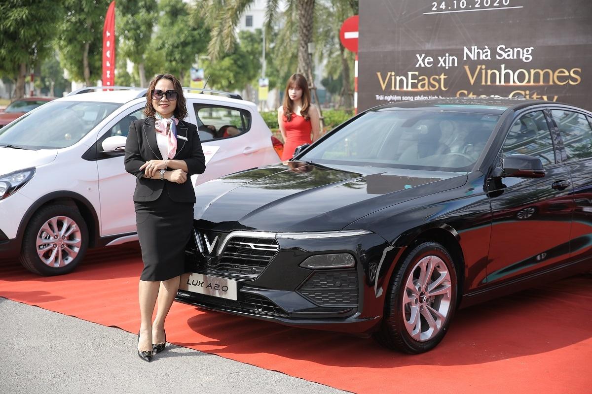 Khách mời thích thú chụp ảnh cùng xe VinFast.