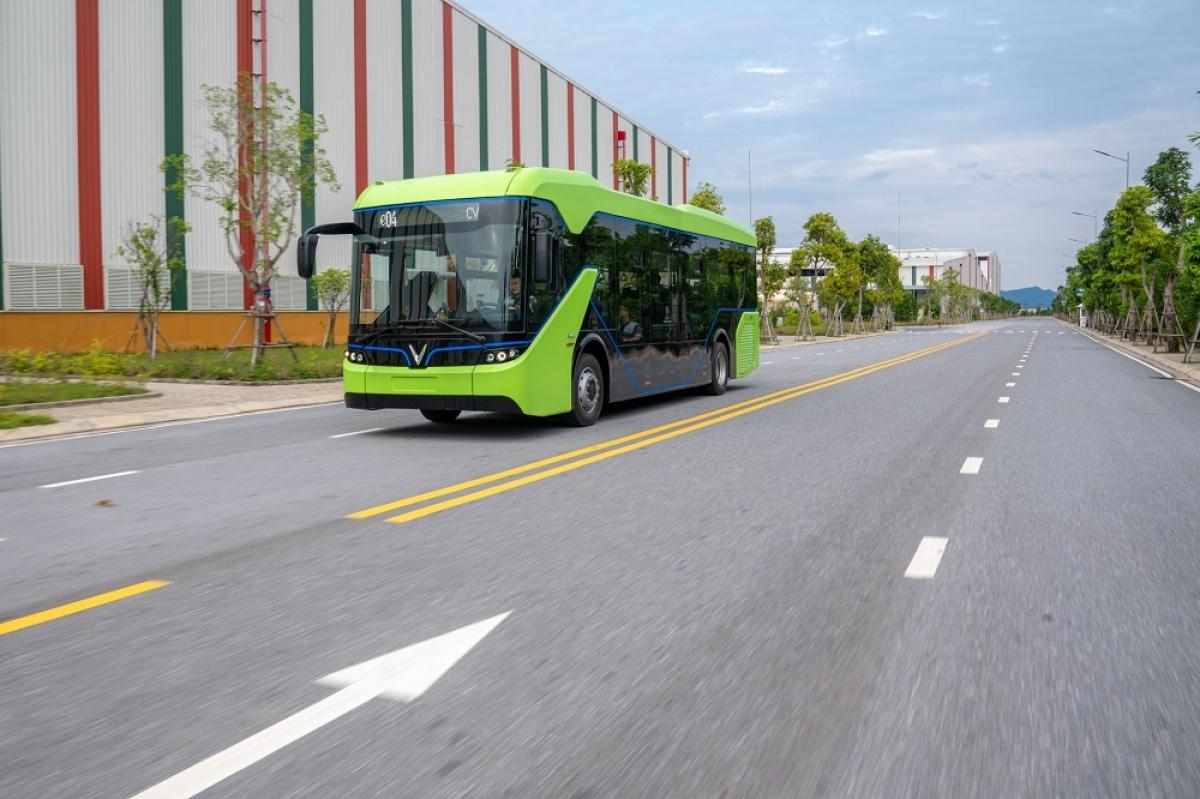 Đây là mẫu xe buýt điện đáp ứng đủ điều kiện của phương tiện vận tải hành khách công cộng đầu tiên ở Việt Nam. Theo quan sát, mẫu xe buýt điện của VinFast có ngoại hình vô cùng bắt mắt với 2 màu xanh lá và đen chủ đạo.