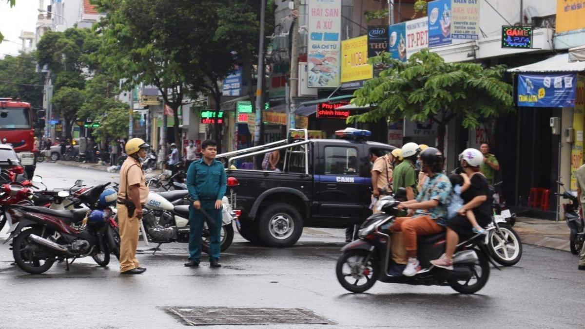 Công an và lực lượng chức năng địa phương phong toả nhiều khu vưc để truy bắt.