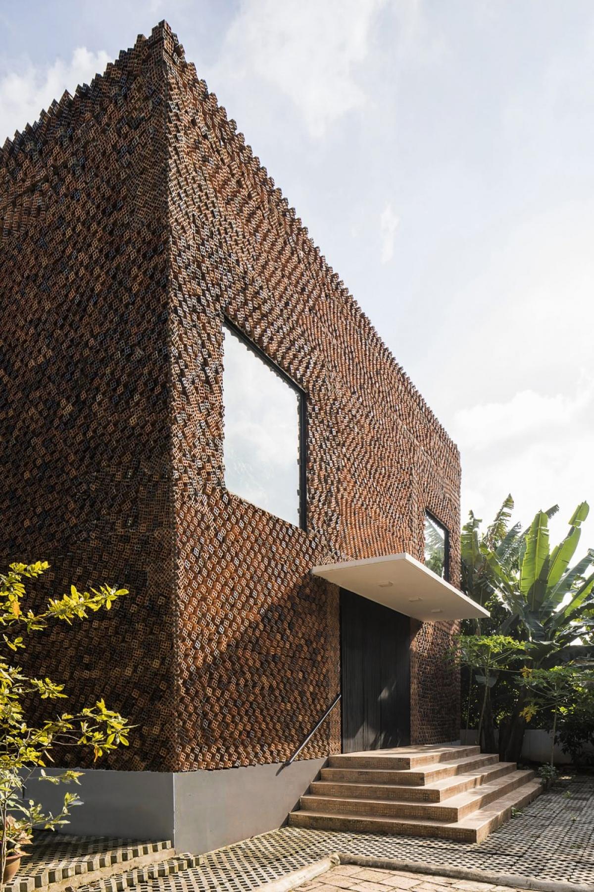 Viên gạch bốn lỗ được xếp chồng chéo lên nhau tạo thành một căn nhà quả là một sự kỳ công, tỉ mỉ.