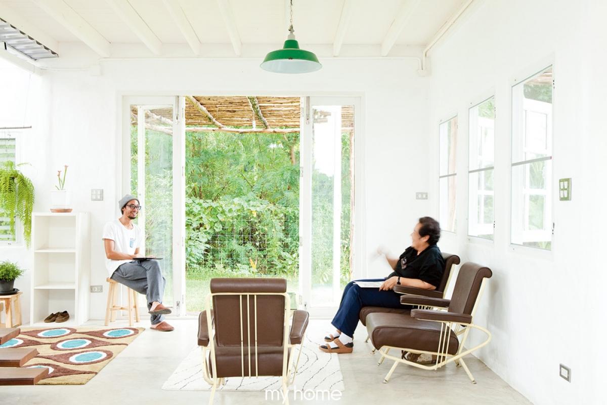 Bộ ghế có đệm màu tối trở nên nổi bật trong không gian mang tông màu trắng.