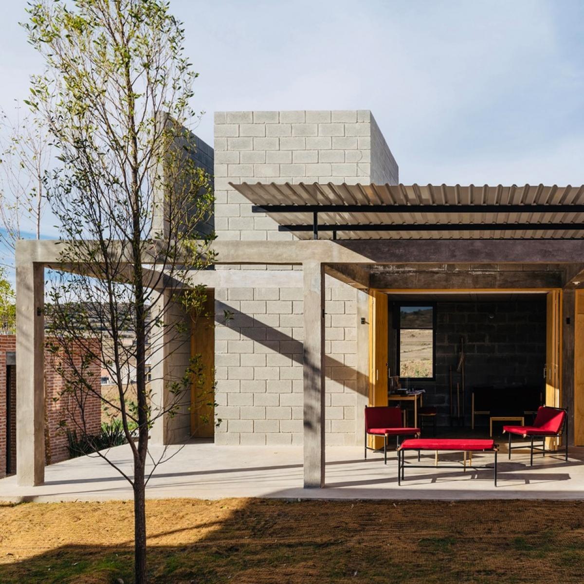 Ngôi nhà nhẹ nhàng nhưng đầy sự tinh tế, cuốn hút.Khoảng sân rộng mang lại sự thoải mái, thư giãn.