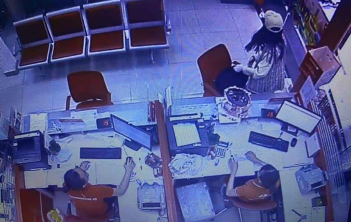Camera ghi hình thời điểm đối tượng vào chi nhánh ngân hàng, uy hiếp nhân viên cướp hơn 2 tỷ đồng.