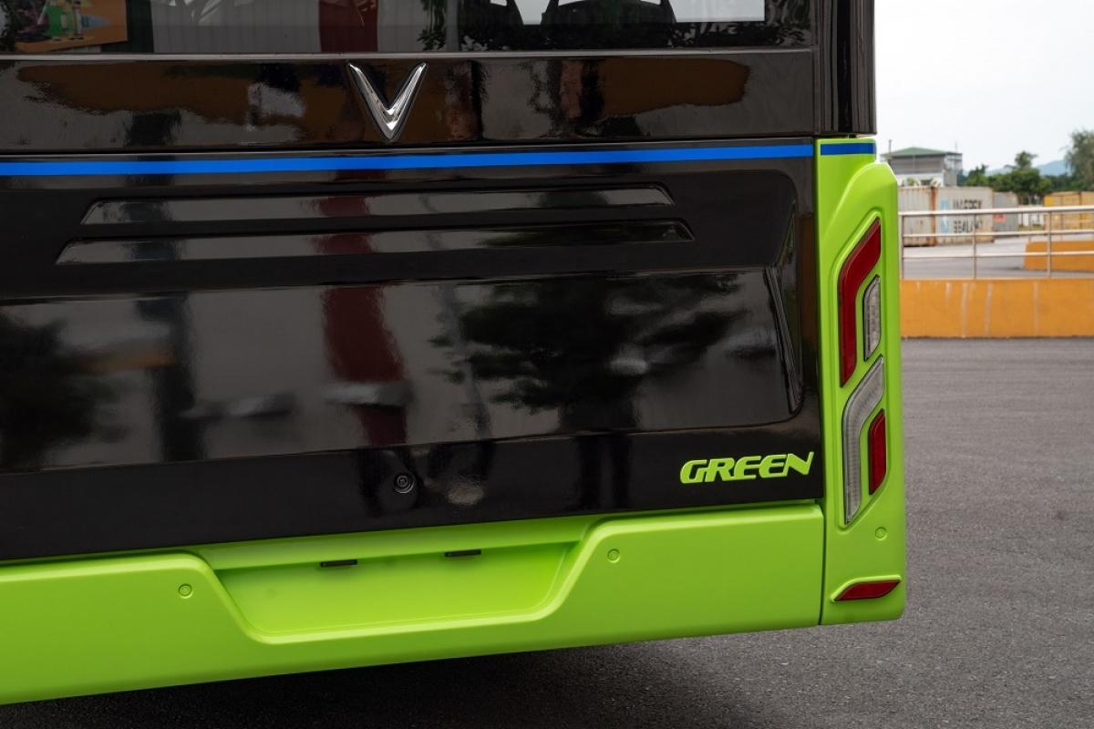 """Phần đầu xe được thiết kế đơn giản, hiện đại với logo chữ """"V"""". Phía trên là bảng LED điện tử chạy chữ thông báo cho người dân về lộ trình điểm đầu – cuối mà xe sẽ đi qua. Những xe buýt điện đầu tiên của VinFast sẽ được vận hành bởi Công ty TNHH Dịch vụ vận tải VinBus (thuộc Vingroup). VinBus sẽ cho ra đời App VinBus kết hợp cùng VinID hỗ trợ thông tin mạng lưới tuyến xe buýt của toàn thành phố, giúp hành khách tra cứu thông tin tuyến đi tối ưu nhất."""