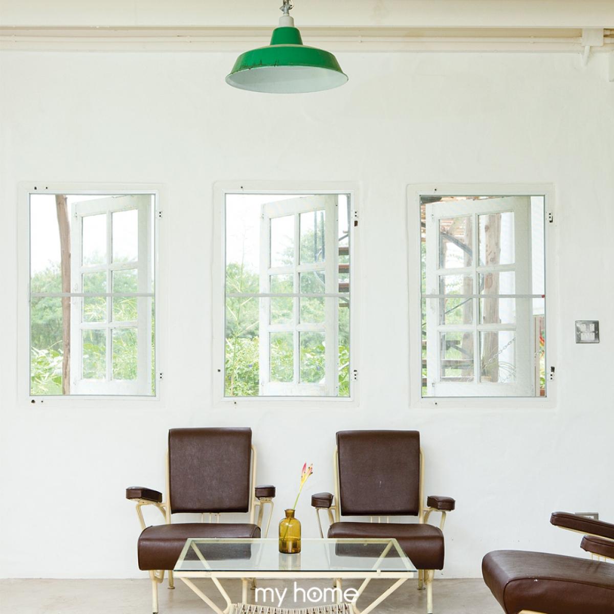 """Việc thiết kế nhiều cửa sổ sẽ giúp không gian bên trong được hưởng """"lộc"""" từ vườn cây xanh bên ngoài."""