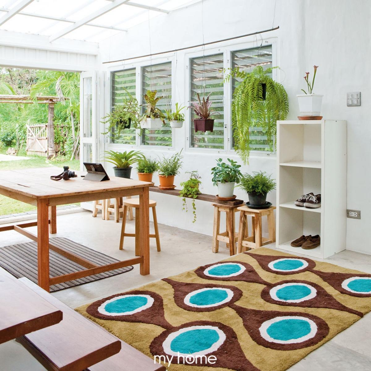 Bộ bàn ghế gỗ làm tăng sự mộc mạc, giản dị kết hợp cùng nhiều giỏ cây trang trí.