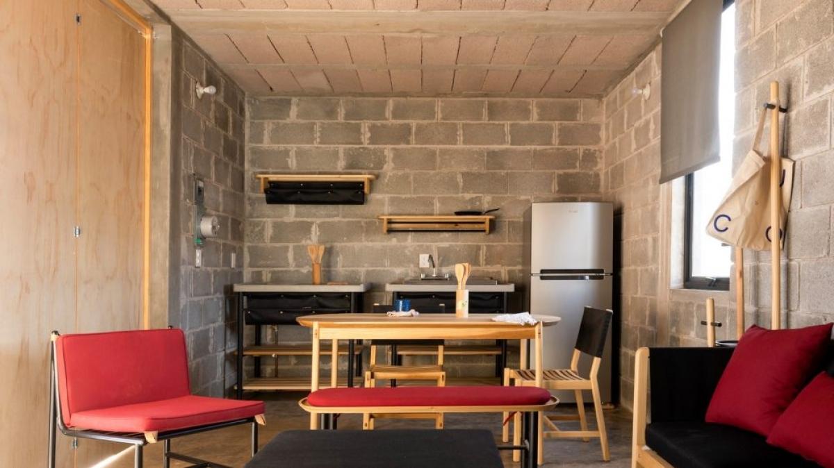 Bếp và phòng khách được kết hợp chung tạo sự liên kết cũng như sự mới mẻ, hiện đại. Đặc biệt tạo thêm điểm nhấn đồ nội thất bằng vài màu đen, đỏ... nổi bật.