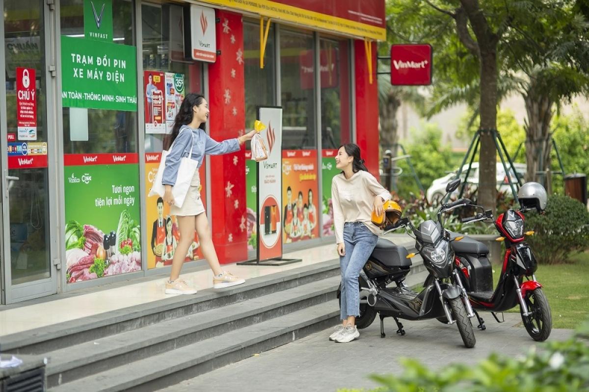 Ngoài ra, hãng xe Việt còn tiên phong áp dụng hình thức thuê pin để sử dụng trong suốt vòng đời sản phẩm. Với hình thức này, người dùng giảm được chi phí mua xe ban đầu. Rủi ro trong quá trình sử dụng như cháy nổ khi sạc cũng được loại bỏ. Đây là những nguyên nhân chính khiến người tiêu dùng ngần ngại với xe máy điện.