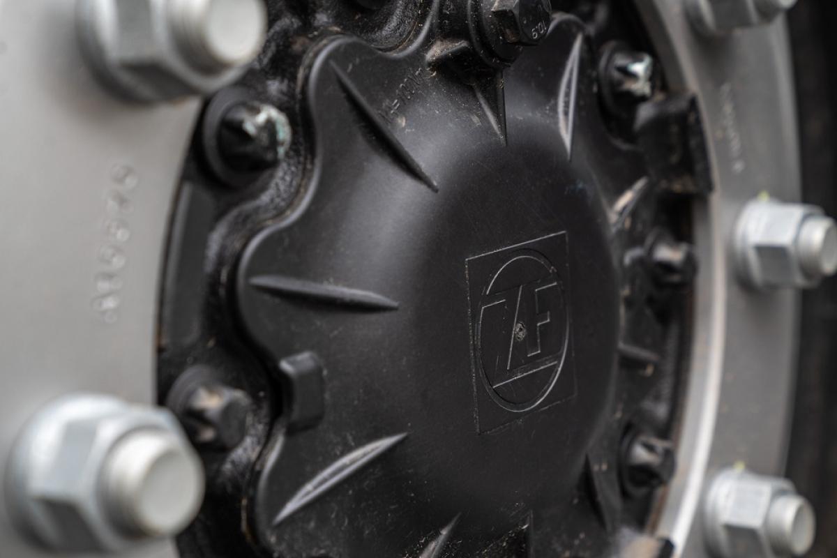 Các sản phẩm của Vingroup đều là các sản phẩm thông minh, công nghệ hiện đại nên dù chưa công bố chi tiết các loại thiết bị, động cơ, hay pin trang bị cho xe nhưng qua hình ảnh ngoại thất, cho thấy hãng xe Việt tiếp tục hợp tác với những đối tác hàng đầu thế giới khi logo ZF – một ông lớn trong ngành công nghiệp ô tô xuất hiện ở mâm xe.