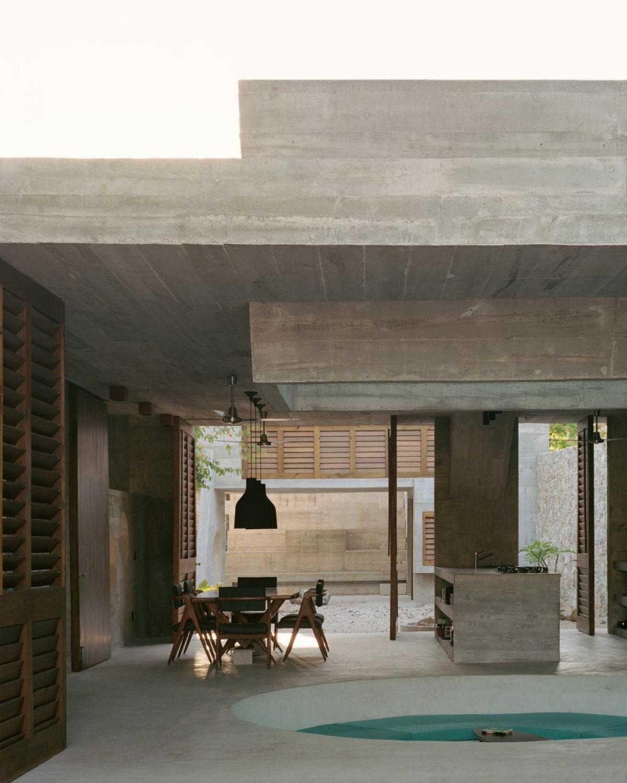 Không gian phòng bếp và phòng ăn khá rộng lớn, thoáng đãng, đặc biệt có thiết kế hồ nước ngay chính giữa.