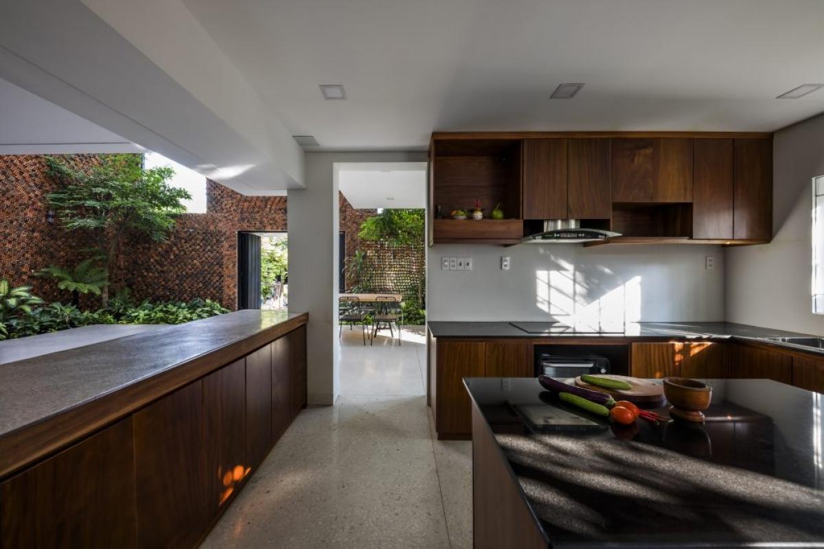 Khu vực bếp trở nên ấm cúng, mộc mạc hơn nhờ sử dụng chất liệu gỗ.