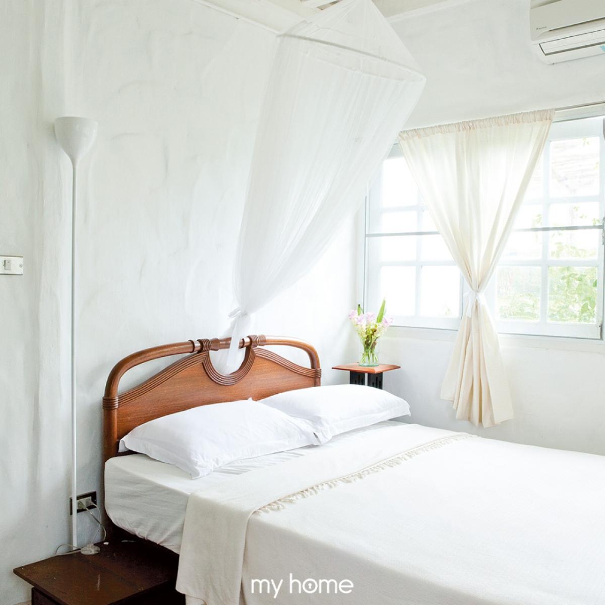 Phòng ngủ đầy hấp dẫn, cuốn hút với tông màu trắng tinh khôi.
