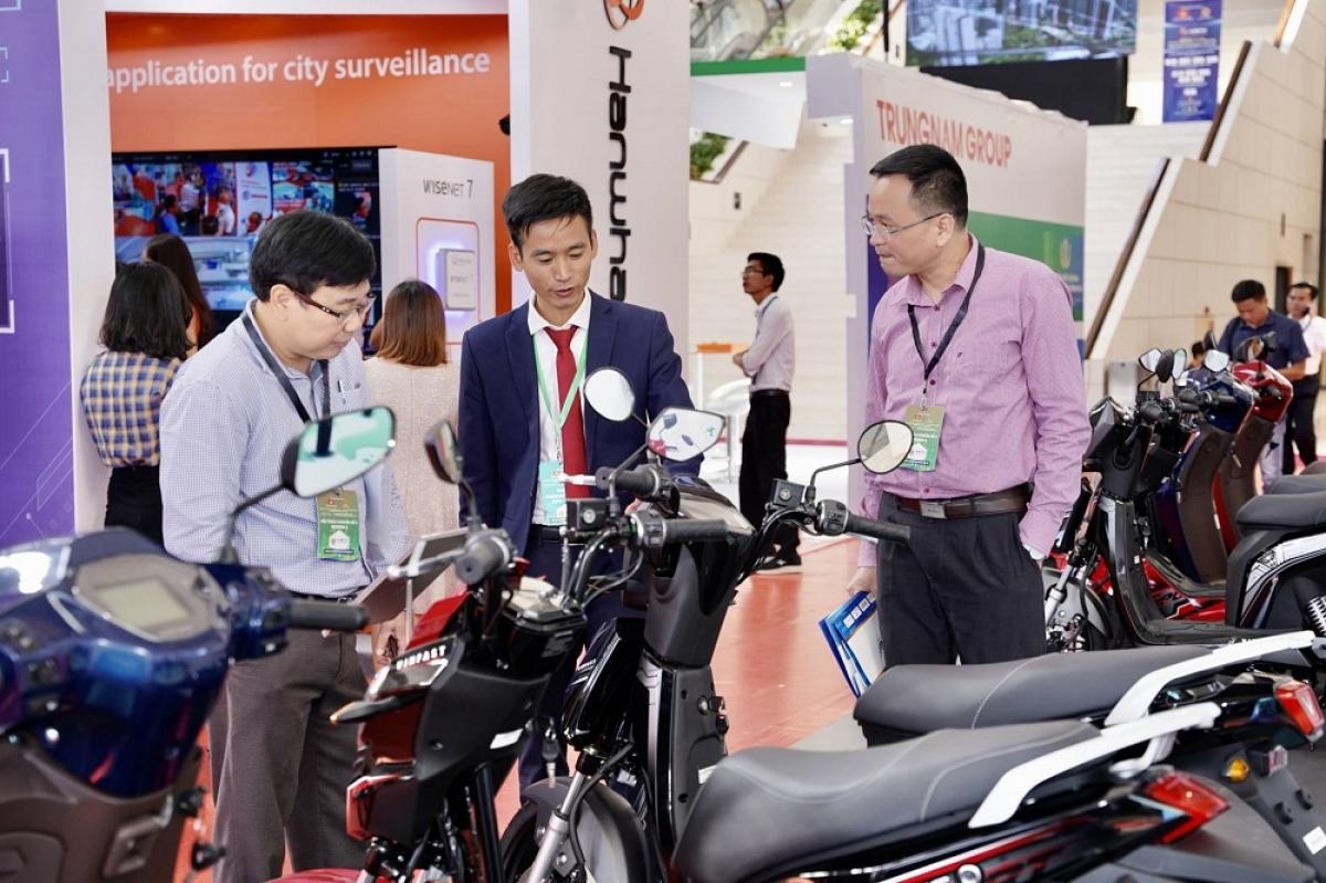 Tại gian hàng, rất nhiều người tham quan tỏ ra hào hứng, nghe tư vấn và trải nghiệm 3 dòng xe Ludo, Impes và KlaraS. Anh Tuấn Hùng, ngụ tại quận Thanh Xuân cho biết, bản thân anh đã biết đến xe máy điện từ lâu, nhưng trước giờ bị ấn tượng xấu với phương tiện này do đa phần sản phẩm trên thị trường đều không có nguồn gốc xuất xứ rõ ràng. Sản phẩm và hệ sinh thái của VinFast khiến anh thấy hứng thú, và đặt niềm tin vào tầm nhìn của hãng xe Việt.